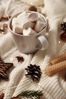 マシュマロとクリスマスの装飾が施されたホットチョコレートのカップ
