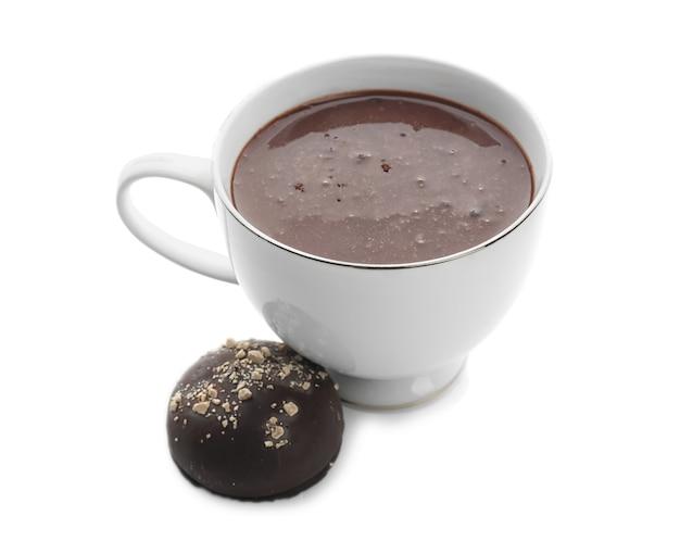 分離されたキャンディーとホットチョコレートのカップ