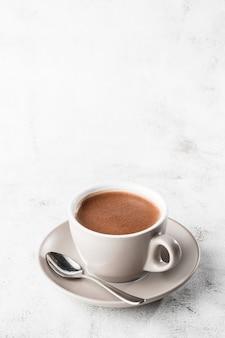 ホットココアやホットチョコレートや明るい大理石の背景に分離された白いカップでアメリカーノのカップ。俯瞰、コピースペース。カフェメニューの宣伝。コーヒーショップメニュー。縦の写真。伝統的な Premium写真