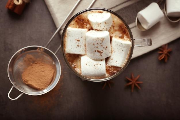 Чашка горячего какао с зефиром, крупным планом