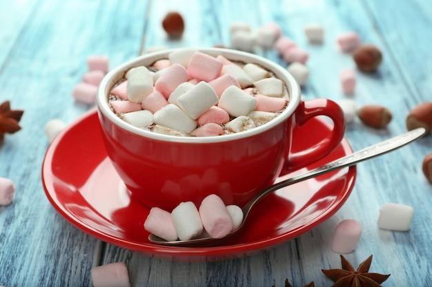 Чашка горячего какао с зефиром на столе