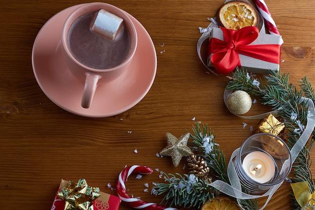 크리스마스 장식으로 마쉬 멜 로우와 함께 뜨거운 코코아 한잔