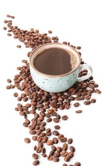 Чашка горячего кофе и бобов на белом
