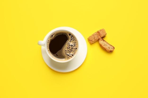 뜨거운 커피와 쿠키 색상 배경에 컵