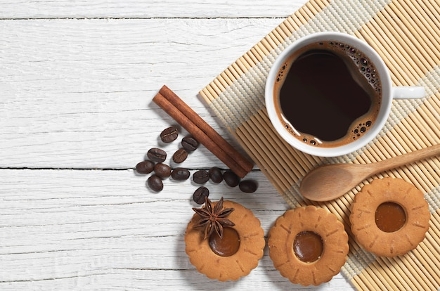 ホットコーヒーとクッキーのカップリングキャラメル