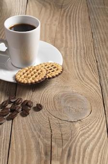 Чашка горячего кофе и печенье с шоколадом