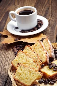 Чашка горячего кофе и кекс на старинном деревянном столе