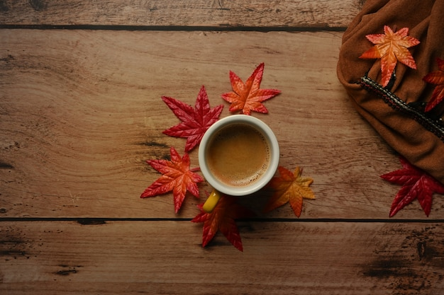 뜨거운 커피와 단풍 나무 테이블에 나뭇잎.가 시즌 개념의 컵입니다.