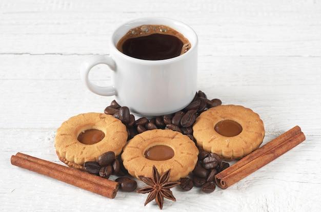 一杯のホットコーヒーとテーブルの上の甘いクッキー