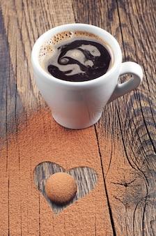 하트 모양의 뜨거운 커피, 사탕, 초콜릿 한 잔