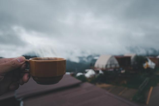 Чашка горячего кофе на природе