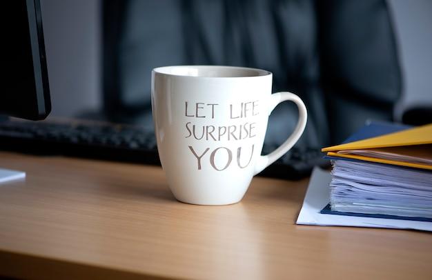업무용 책상에 뜨거운 커피 머그 차 한 잔,