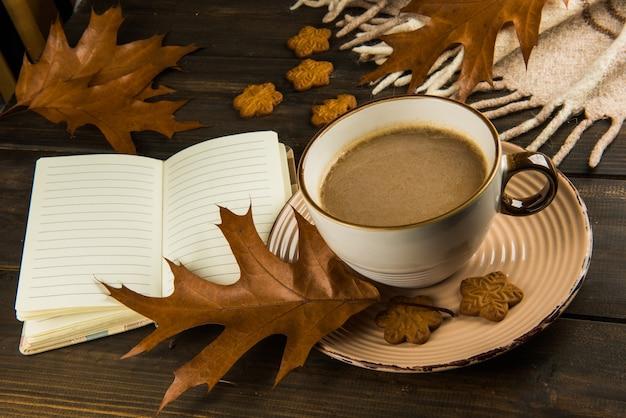 크리스마스와 달콤한 쿠키에 뜨거운 커피 한잔, 갈색 오크 격자 무늬 나무 배경에 평면도