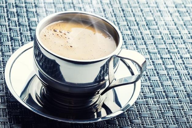 테이블에 뜨거운 커피 한잔입니다.