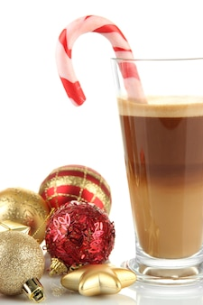 흰색 표면에 고립 된 크리스마스 장식과 뜨거운 커피 한잔