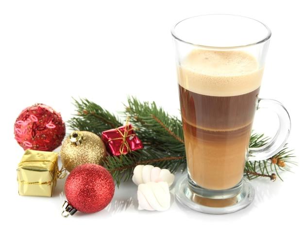 白で隔離のクリスマスの装飾とホットコーヒーのカップ
