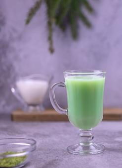 アーモンドミルク入りのホットグリーン抹茶ラテのカップ