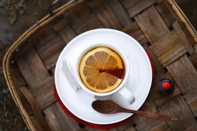 熱いお茶とレモンのスライス