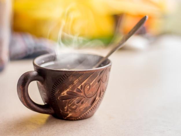休憩中の熱いお茶のカップ