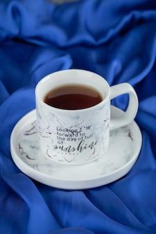 青い布に熱いお茶を一杯。