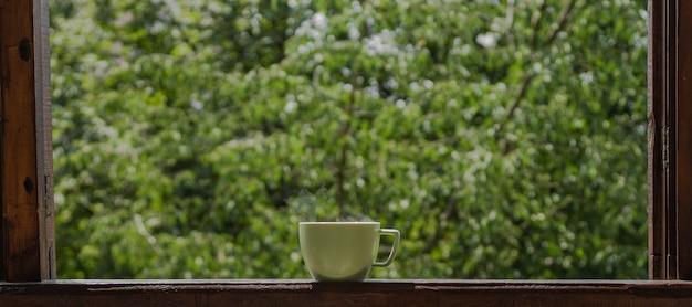 ヴィンテージの窓辺に熱いお茶を一杯