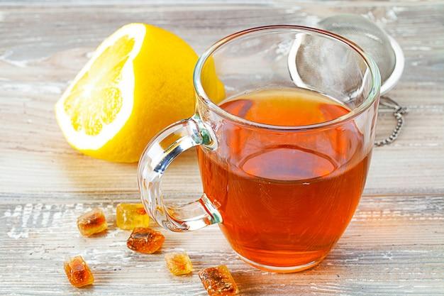 Чашка горячего чая на деревянном столе