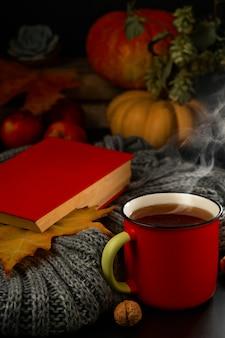 一杯の熱いお茶、飲み物から蒸気が上がる