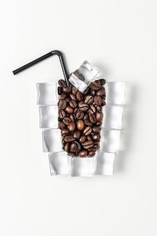 얼음 조각과 커피 콩으로 만든 아이스 커피 한잔.