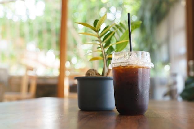 プラスチック製のストローでアイスミルクコーヒーのカップ