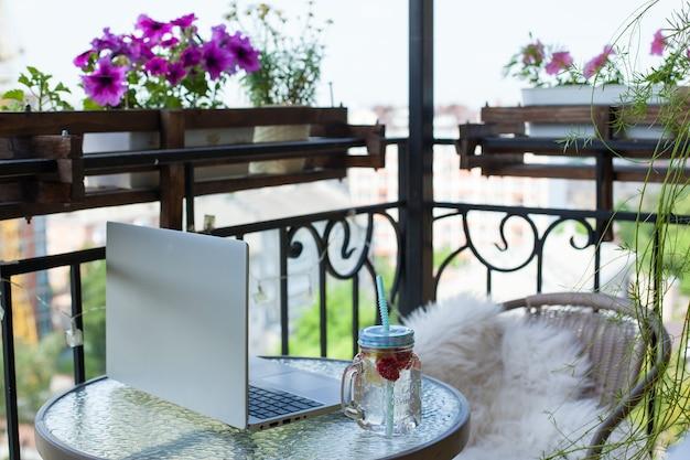 レモネードと花のカップが表示され、自宅で作業しています