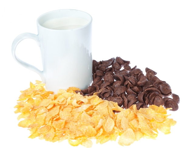 Чашка молока на стене шоколадные кукурузные хлопья.