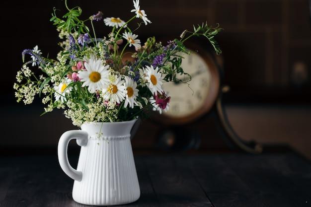 Чашка молока с букетом полевых цветов
