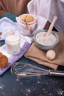 シナモンビスケットと小麦粉と牛乳のカップ