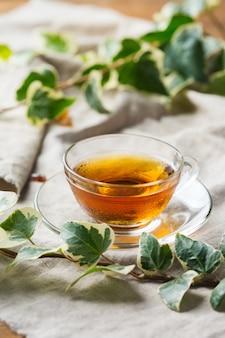 Чашка органического горячего зеленого чая на деревянном столе