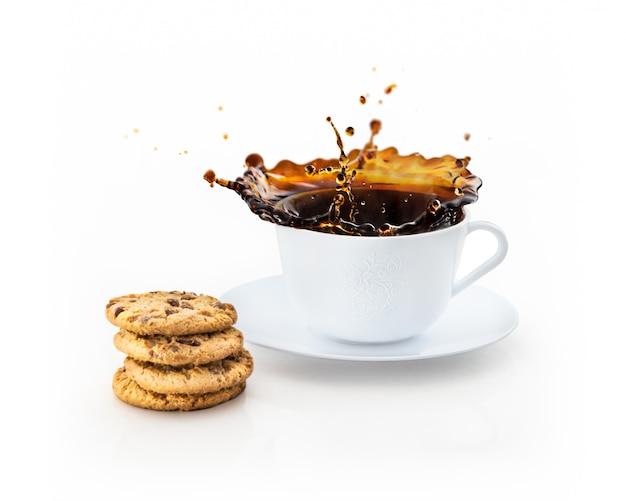 白で隔離されるコーヒーのしぶきのカップ