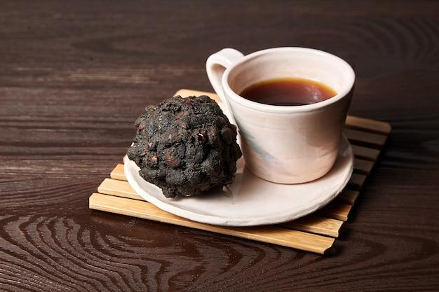 木製のテーブルにタマリンドティー(または日付茶)のカップ
