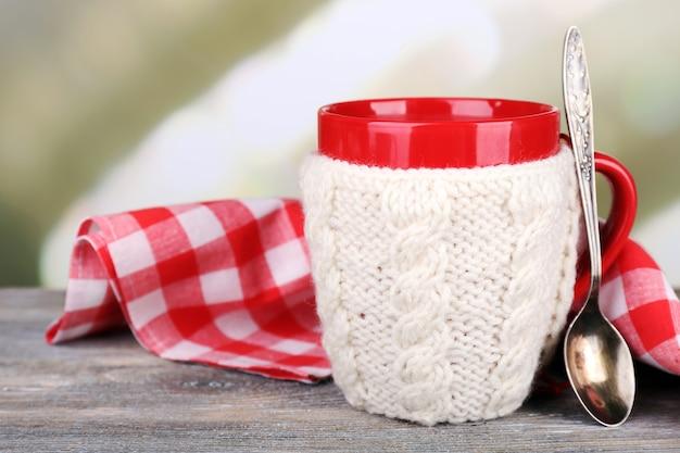 나무 테이블에 맛있는 뜨거운 차 한잔,