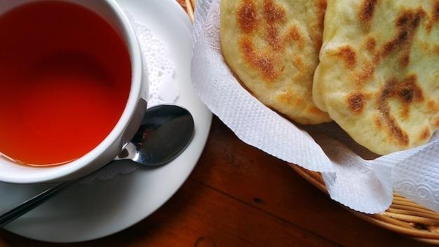 차 한잔과 빵 케이크