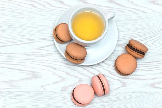 お茶とチョコレートと茶色のマカロンのカップ
