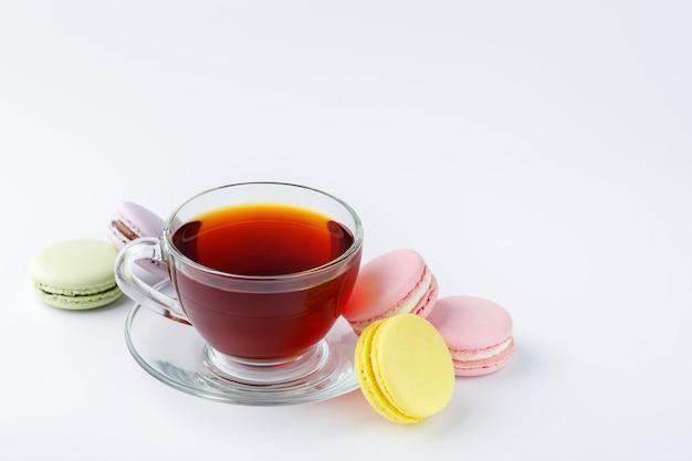 차와 흰색 바탕에 화려한 마카롱 컵