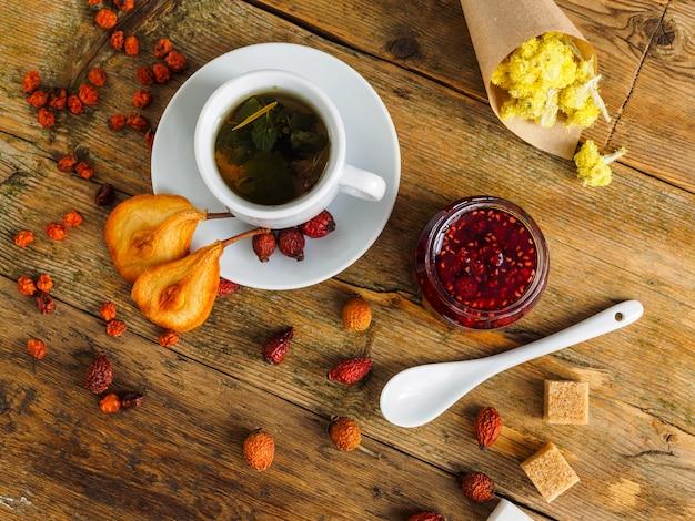 木製のテーブルティーパーティーの上面図にお茶とお菓子のカップ