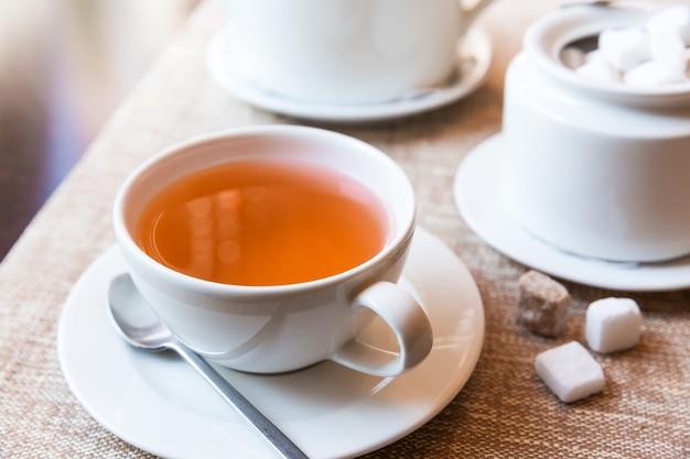 テーブルの上のお茶と急須のカップ