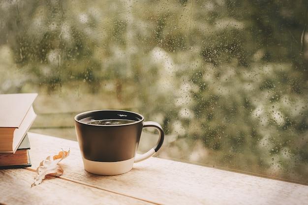 雨の窓でお茶を一杯秋の気分の日の葉