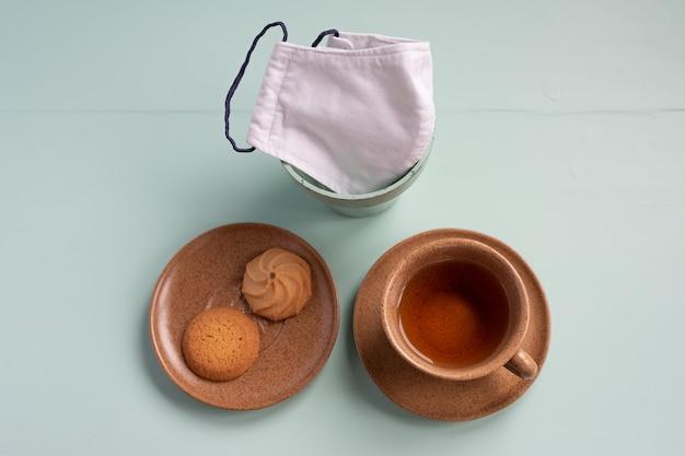 一杯の紅茶ビスケットとプレーンデスクのdiyフェイスマスク