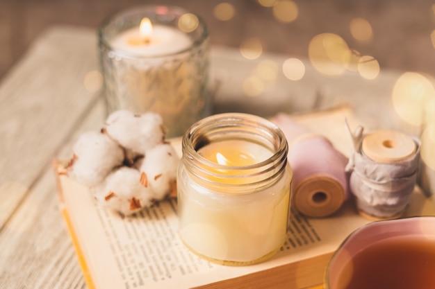 Чашка чая, хлопок, уют, книжка, свеча. уютная концепция осень-зима.