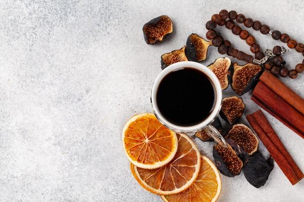乾燥したオレンジとイチジクで飾られたお茶