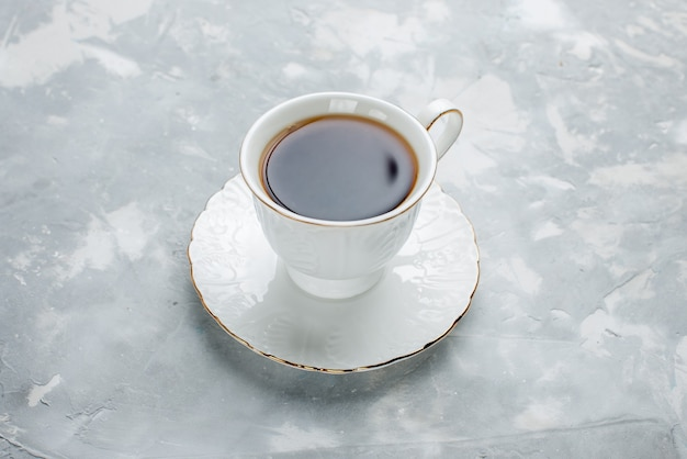 Чашка горячего чая внутри белая чашка на свете, чай пить сладкий