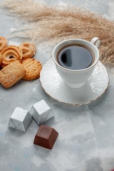 Чашка горячего чая с шоколадом и печеньем на свете, печенье, конфеты, шоколад, чай, печенье