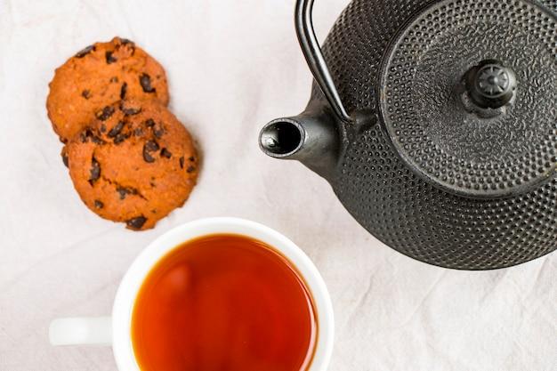 一杯のお茶、鉄のティーポット、クッキー