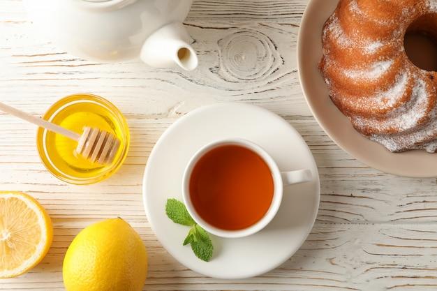 一杯のお茶、レモン、ミント、蜂蜜、ひしゃく、木製、上面のパイ